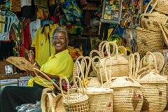 Vendedor fêmea da Idade Média na loja do mercado do ofício fotos de stock royalty free