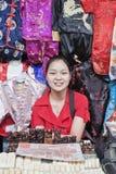 Vendedor fêmea no mercado de Panjiayuan, Pequim, porcelana Fotos de Stock Royalty Free