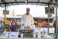 Vendedor fervido dos caracóis em C4marraquexe Imagem de Stock