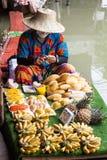 Vendedor flotante del mercado de Pattaya Foto de archivo