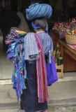 Vendedor guatemalteco en el mercado de Panajachel Foto de archivo libre de regalías