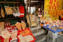 Vendedor idoso da rua seca do mercado do OM do marisco da aldeia piscatória Imagem de Stock Royalty Free