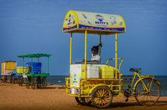 Vendedor indiano do gelado da rua com o carro na praia Fotos de Stock Royalty Free