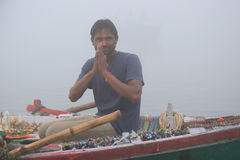 Vendedor indio que vende recuerdos en el río Ganges Imagen de archivo
