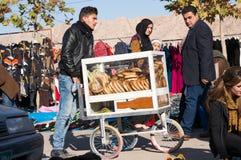 Vendedor iraquí del panecillo con un carro Fotografía de archivo libre de regalías