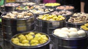 vendedor 4K que vende la bola de masa hervida y Shaomai en el mercado asiático de la comida de la calle de Taiwán almacen de metraje de vídeo