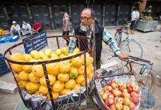 Vendedor Katmandu, Nepal de la fruta fotos de archivo libres de regalías