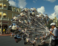 Vendedor mágico do balão do reino de Disney Fotografia de Stock Royalty Free