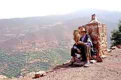 Vendedor médico idoso da erva de N na estrada das montanhas de atlas em Marrocos imagem de stock