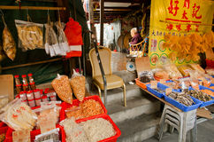 Vendedor mayor de la calle de mercado seca de OM de los mariscos del pueblo pesquero  Imagen de archivo libre de regalías
