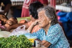Vendedor mayor del mercado en Kuching, malasio Borneo Imagen de archivo