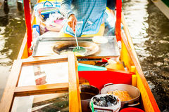 Vendedor mexicano do alimento no trajinera da gôndola de Xochimilco Imagem de Stock Royalty Free