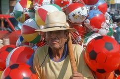 Vendedor mexicano que vende los juguetes Foto de archivo libre de regalías