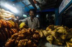 Vendedor na noite, Nepal de Samosa imagem de stock royalty free