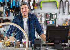 Vendedor na oficina da bicicleta Fotos de Stock Royalty Free