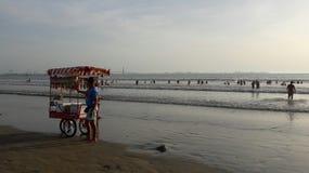Vendedor na praia da areia, Espanha imagem de stock royalty free