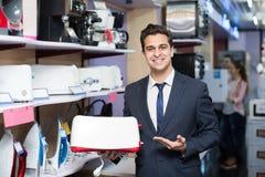 Vendedor na seção dos aparelhos eletrodomésticos Imagem de Stock Royalty Free