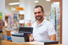 Vendedor na verificação geral em uma livraria Fotografia de Stock