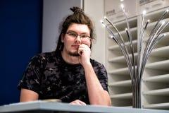 Vendedor no escritório fotografia de stock royalty free