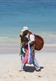 Vendedor no identificado de la playa en la playa de Bavaro en Punta Cana Foto de archivo libre de regalías