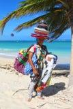 Vendedor no identificado de la playa en la playa de Bavaro en Punta Cana Fotografía de archivo