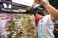 Vendedor no identificado en fishmarket en el mercado del fin de semana de Chatuchak en Bangkok, Tailandia Fotografía de archivo