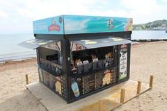 Vendedor nuevo del helado en la playa en Studland soleado en Dorset Foto de archivo