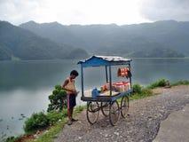 Vendedor pelo lago Fotografia de Stock Royalty Free