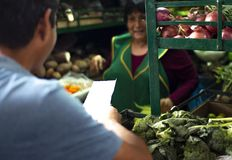 Vendedor peruano de sexo femenino en un mercado de las verduras fotos de archivo libres de regalías