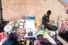 Vendedor plástico dos mercadorias em uma rua iraquiana Imagem de Stock Royalty Free