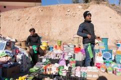 Vendedor plástico dos mercadorias em uma rua iraquiana Foto de Stock Royalty Free