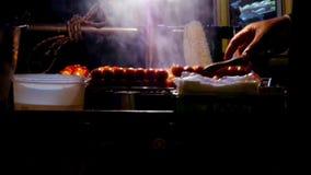 Vendedor que asa a la parrilla la salchicha, comida de la calle en Tailandia almacen de metraje de vídeo