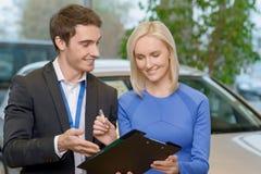 Vendedor que comunica-se com o cliente Imagem de Stock Royalty Free