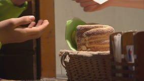 Vendedor que da el cambio al cliente, turistas que compran el plato nacional checo de los pasteles almacen de metraje de vídeo