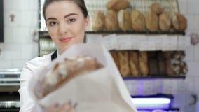 Vendedor que da el fresco cocido metrajes