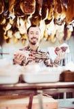 Vendedor que ofrece clases exhibidas de carne Fotografía de archivo