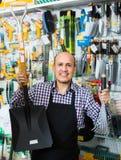 Vendedor que sonríe en la sección que cultiva un huerto Imagen de archivo libre de regalías