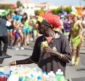 Vendedor que vende las bebidas en un carnaval, Jamaica Imagenes de archivo