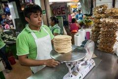 Vendedor que vende las tortillas del maíz en un mercado local en Mérida, Yu Fotografía de archivo libre de regalías