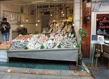 Vendedor que vende peixes no mercado em Istambul, Turquia imagem de stock