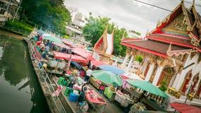 Vendedor que vende a variedade de mercado do local dos alimentos e dos legumes frescos Imagem de Stock Royalty Free