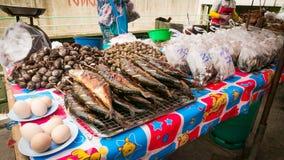 Vendedor que vende a variedade de mercado do local dos alimentos e dos legumes frescos Fotos de Stock