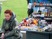 Vendedor ruso de los recuerdos, St Petersburg Imagenes de archivo
