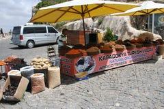 Vendedor secado de las frutas en Uchisar imagen de archivo