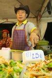 Vendedor tailandés en el mercado de calle Imagen de archivo libre de regalías