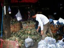 Vendedor tailandés que prepara la piña para vender Imagen de archivo