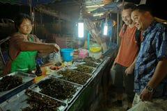 Vendedor tailandés que vende a los turistas cucarachas Fotografía de archivo libre de regalías