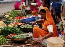 Vendedor vegetal en el bazar en la India Imagen de archivo libre de regalías