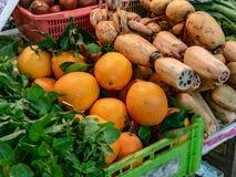 Vendedor vegetal en el mercado imágenes de archivo libres de regalías