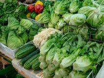 Vendedor vegetal no mercado imagens de stock